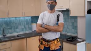 reparateur avec un masque